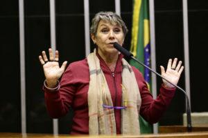 """Já para Erika Kokay, decisão de Bolsonaro """"penaliza o consumidor para dar almoço grátis às empresas"""". Foto: Michel Jesus/Câmara dos Deputados"""