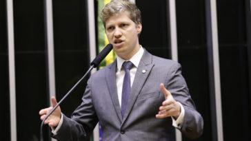 """Marcel Van Hattem defendeu o veto: """"Não existe almoço grátis. Cada um paga pelo despacho de sua bagagem"""". Foto: Michel Jesus/Câmara dos Deputados"""