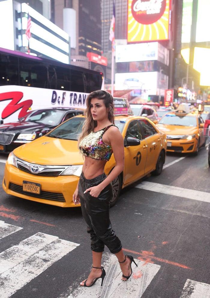 Bailarina do Faustão Natacha Horana posa na Times Square em NY. Foto: Paulo Camppos / Divulgação
