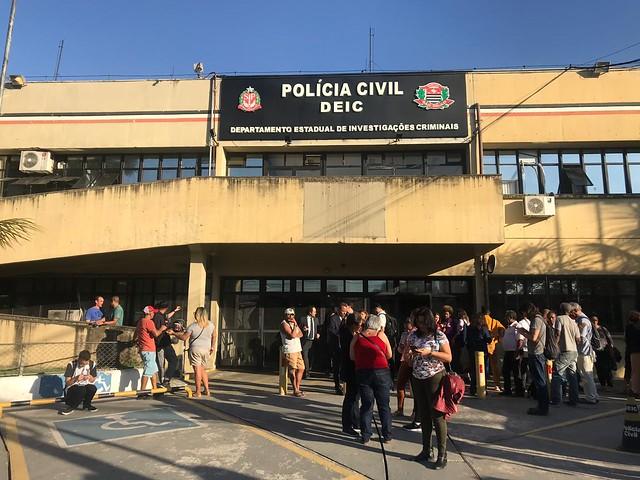 Integrantes de movimentos de moradia aguardam do lado de fora do DEIC. Foto: Rute Pina