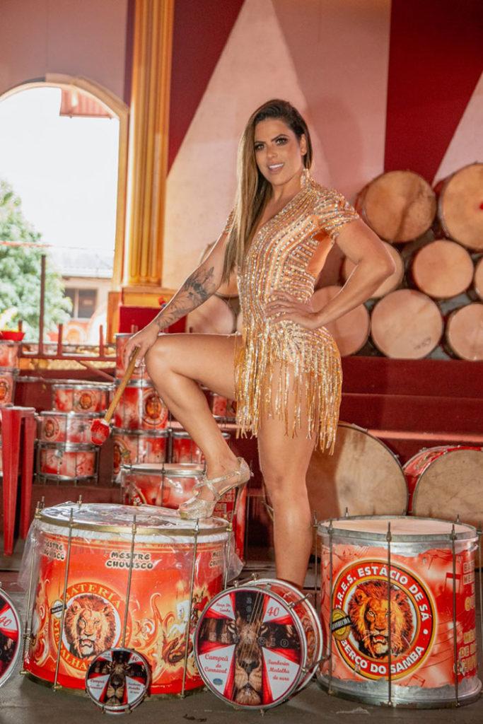 Na contagem regressiva, Jack Maia se prepara para festa de coroação como rainha de bateria da Estácio. Foto: Léo Cordeiro