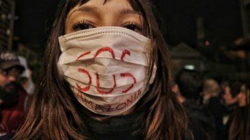 Na sexta, 23, milhares de pessoas saíram às ruas de Curitiba no ato SOS Amazônia, Nossa Casa Está em Chamas. Foto: Giorgia Prates