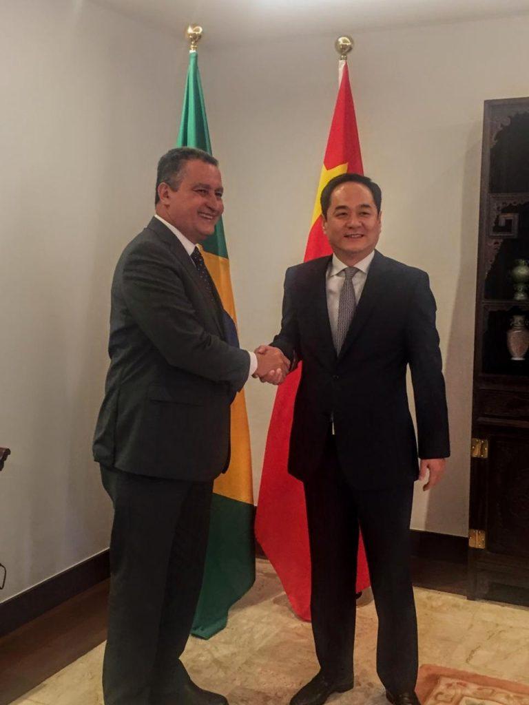 Rui apresenta Consórcio do Nordeste ao embaixador da China. Foto: Camila Peres/GOVBA