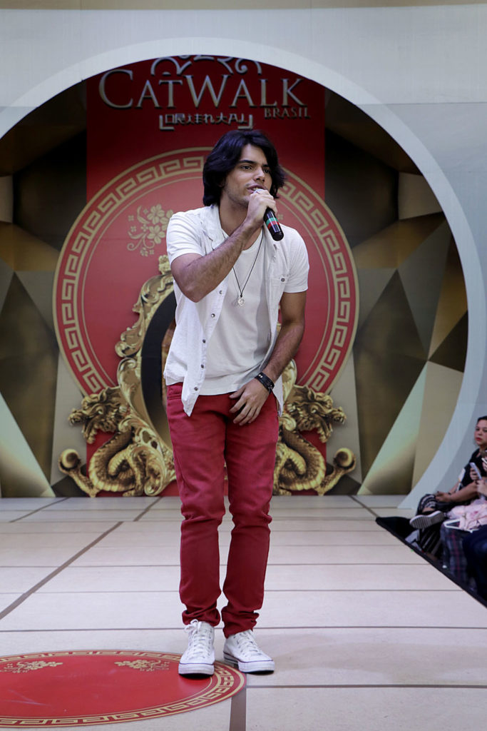 Apollo Costa cantou as músicas Medicina e Morena no Catwalk Brasil. Foto: Jorge Luiz Garcia / Grupo YBrasil