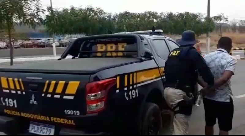 Após fuga de abordagem, condutor embriagado provoca acidente e acaba preso pela PRF na BR 242, no oeste da Bahia. Foto: Divulgação/PRF