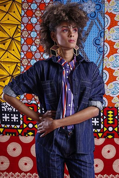 Modelo veste: Blusa: Lambuzada, Jaqueta Jeans e Calça: ENNA, Brinco: Silvia Doring e Cinto: Salva Look. Foto: Haln Junior / Grupo YBrasil