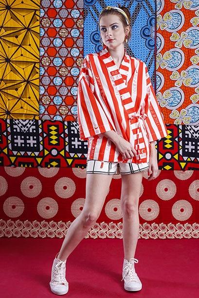 Modelo veste: Kimono: A Mulher do Padre, Short: Dimy, Tênis: Converse, Brinco: Rinka Wesky e Tiara: Salva Look. Foto: Haln Junior / Grupo YBrasil