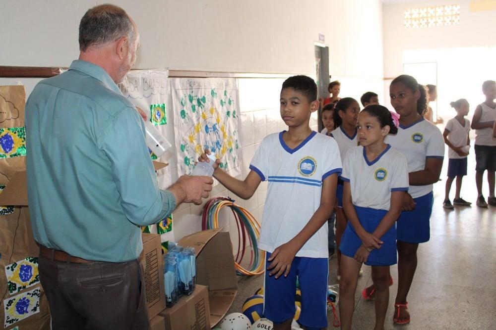 UNIFASB faz doação de squeezes e material esportivo para mais uma escola pública de Barreiras. Foto: Divulgação/Unifasb