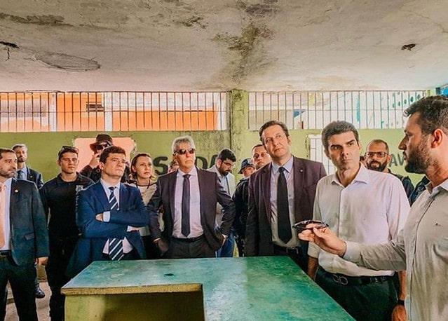 O coordenador afastado da FTIP, Maycon Rottava, de óculos na mão, fala na presença do ministro Sergio Moro e do governador Helder Barbalho. Foto: Reprodução/Susipe