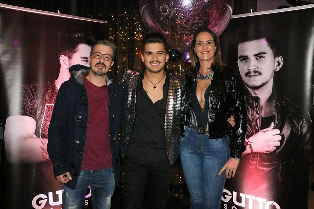 Gutto Soares é ladeado pelo casal Paulo Rogério e Aritana Maroni. Foto: Cleomir Tavares/Divulgação