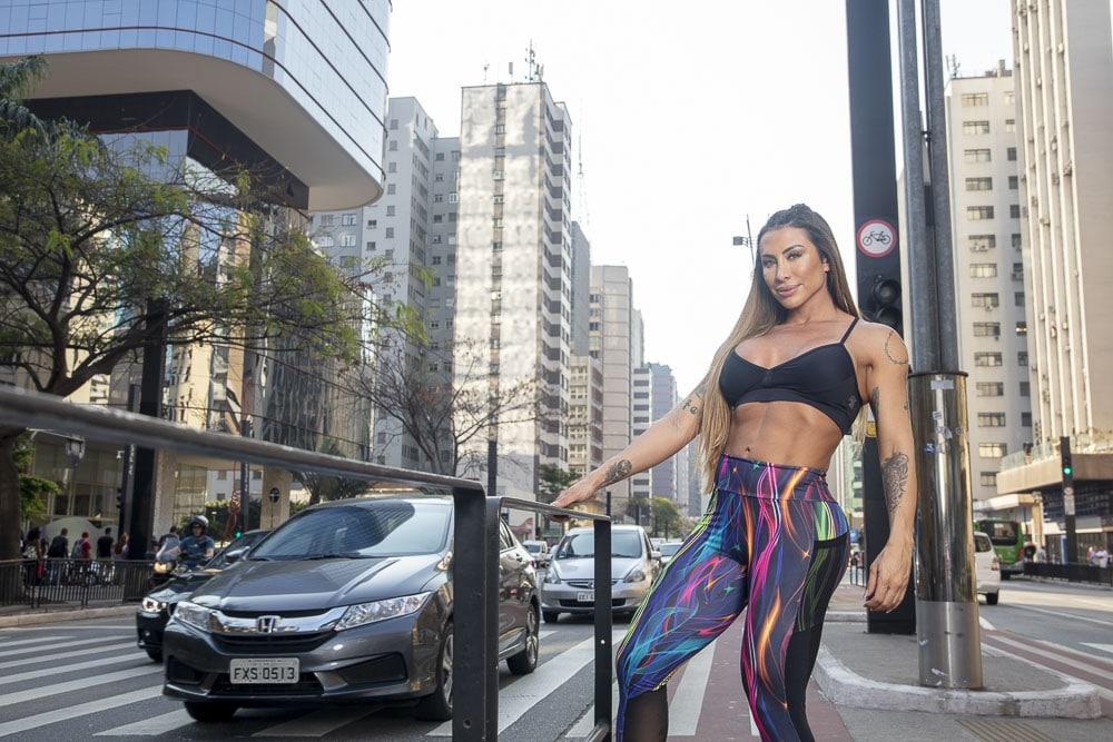 Jaque Khury mostra boa forma em  ensaio nas ruas de São Paulo. Foto: Rogério Tonello
