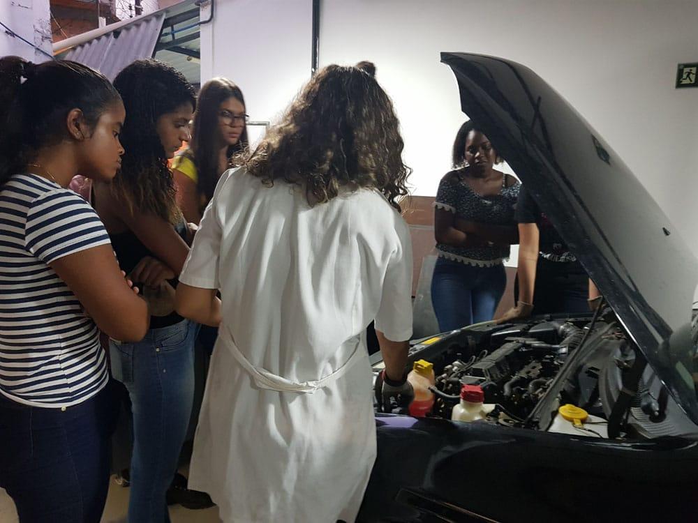 Mulheres no volante: universidade promove curso de mecânica automotiva exclusivo para elas. Foto: Divulgação