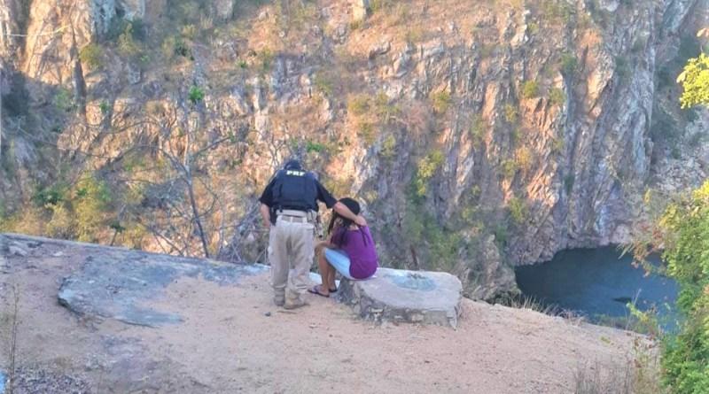 PRFs impedem jovem de cometer suicídio na cabeceira de ponte metálica na divisa BA/AL. Foto: Divulgação/PRF-BA