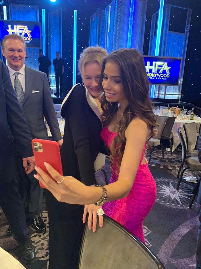 Renée Zellweger posa sorridente em clique de Emilia Pedersen. Foto: Divulgação