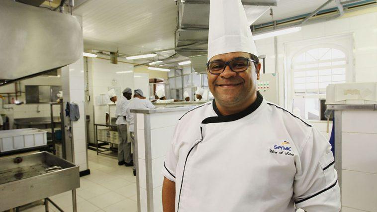 Ilustração. Na foto: Elmo Alves, chefe de cozinha do restaurante do Senac. Foto: Carol Garcia/GOVBA
