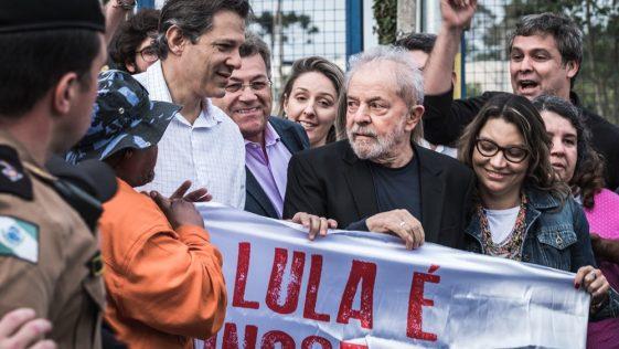 Lula deixa a Polícia Federal em Curitiba após decisão do STF. Foto: Gibran Mendes / CUT Paraná