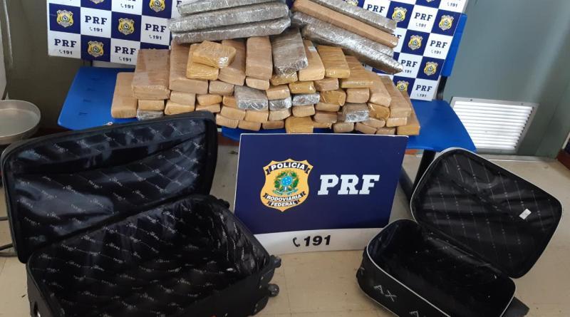 Passageiros de ônibus são presos pela PRF na BR 116 transportando mais de 50 quilos de maconha em bagagens. Foto: Divulgação/PRF