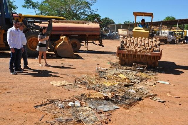 Secretaria Municipal de Meio Ambiente e Turismo de Barreiras (BA) destrói gaiolas e armadilhas apreendidas pela Fiscalização Preventiva Integrada do Rio São Francisco. Foto: Divulgação