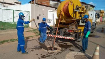 Equipe de desobstrução de rede de esgoto. Foto: Divulgação/Embasa
