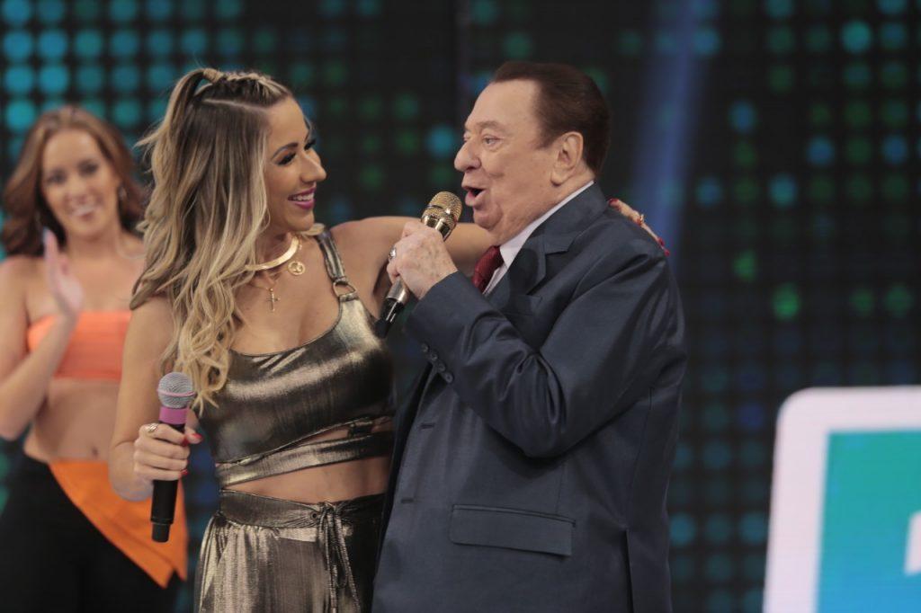 Raul Gil e a cantora Luana Monalisa (Foto: Rodrigo Belentani / Renato Cipriano - Divulgação)