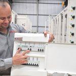 Engenheiro Eletricista Fábio Amaral mostra DR em quadro elétrico (Foto: Divulgação)