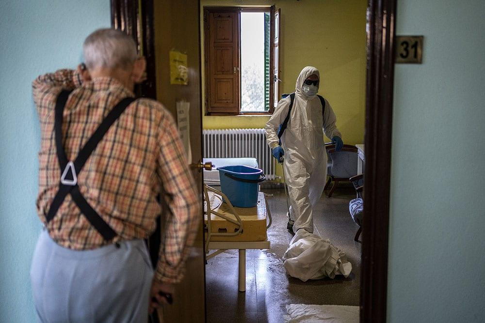 Em lares de idosos na Espanha, equipe de MSF e bombeiros participam da higienização, treinamento de funcionários e realocação de residentes (Imagem: Olmo Calvo/MSF)