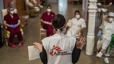 Equipe de MSF treinam funcionários de casas de repouso na Espanha sobre como usar equipamentos de proteção (Imagem: Olmo Calvo/MSF)