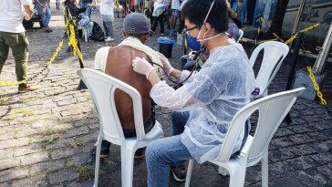Profissional de MSF atende paciente com suspeitas de COVID-19 com suspeitas de COVID-19 (Imagem: Diogo Galvão / MSF)