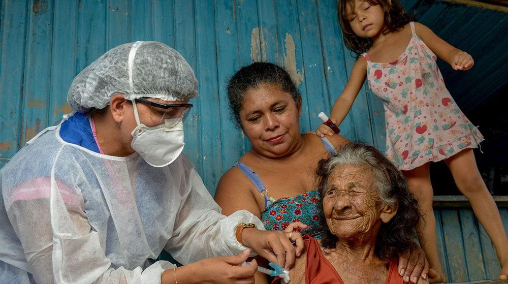 Sistema de saúde indígena é focado em casos de baixa complexidade – em casos de internações, é preciso ir a hospitais da rede pública de cidades. Ministério da Saúde adiantou vacinação contra a gripe (Imagem: Alex Pazuello/Semcom)