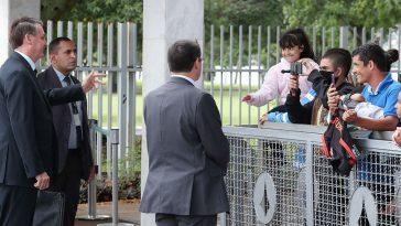 (Brasília – DF, 24/04/2020) Presidente da República, Jair Bolsonaro cumprimenta cidadãos( todos sem máscaras) na saída do Palácio da Alvorada. (Foto: Marcos Corrêa/PR)