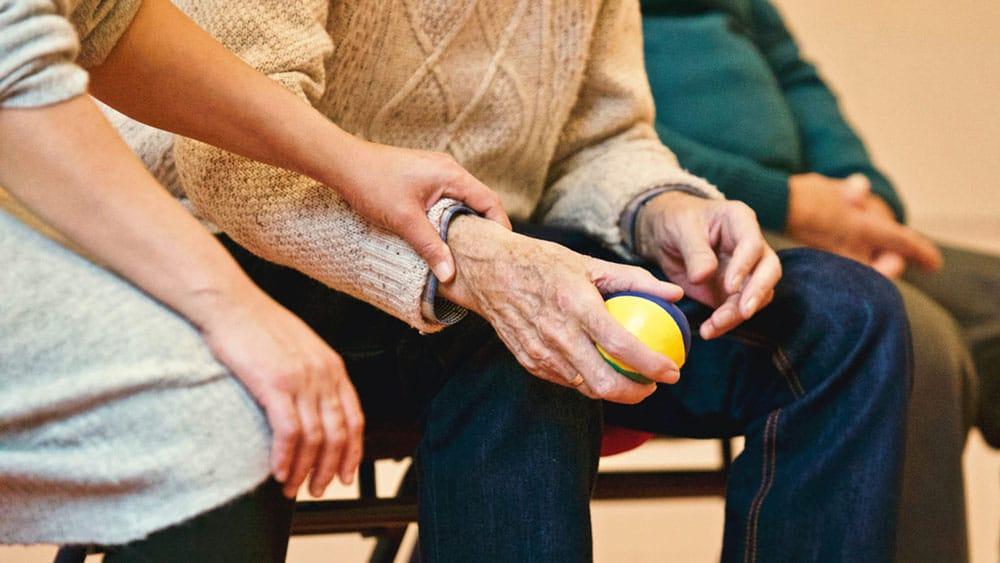 Pesquisadores estimam que quase meio milhão de idosos vivem em abrigos de longa permanência no Brasil; números oficiais estão defasados e falta censo que inclua todas as casas privadas e filantrópicas, que são maioria (Foto: Matthias Zomer/Pexels)