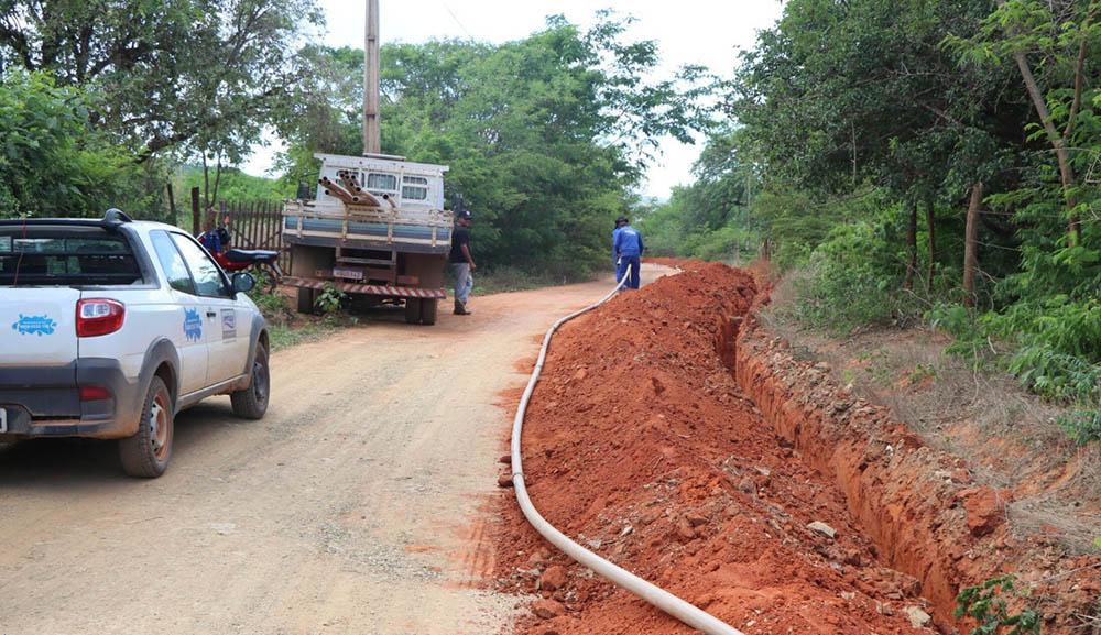 Obra de implantação da rede de Tabuleirinho, município de Santana (Foto: Divulgação)