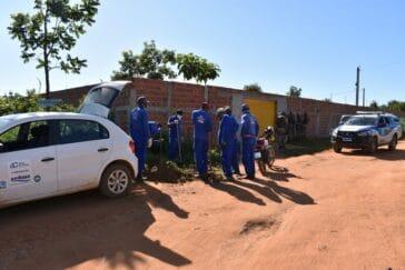 Retirada de ligação clandestina em conjunto habitacional invadido (Foto: Divulgação/Embasa)